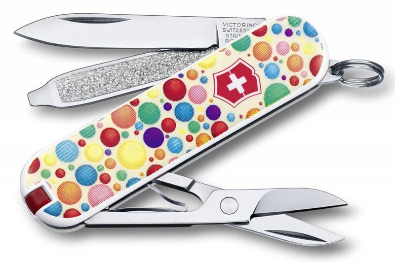 Нож перочинный Victorinox Classic Color up your life 0.6223.L1403 58мм 7 функций дизайн РаскрасьШвейцарские армейские ножи Victorinox<br>Серия <br>Classic<br>Модель <br>0.6223.L1403 Раскрась свою жизнь<br>Описание <br>Брендовый нож-брелок Victorinox Classic 58мм с 7-ю функциями. Является миниатюрным вариантом легендарного швейцарского ножа. Нож имеет кольцо на которое можно подвесить ключи. Этот нож будет прекрасным подарком для настоящего мужчины. Дизайн рукояти Раскрась свою жизнь.<br>Размеры <br>18x58x9мм<br>