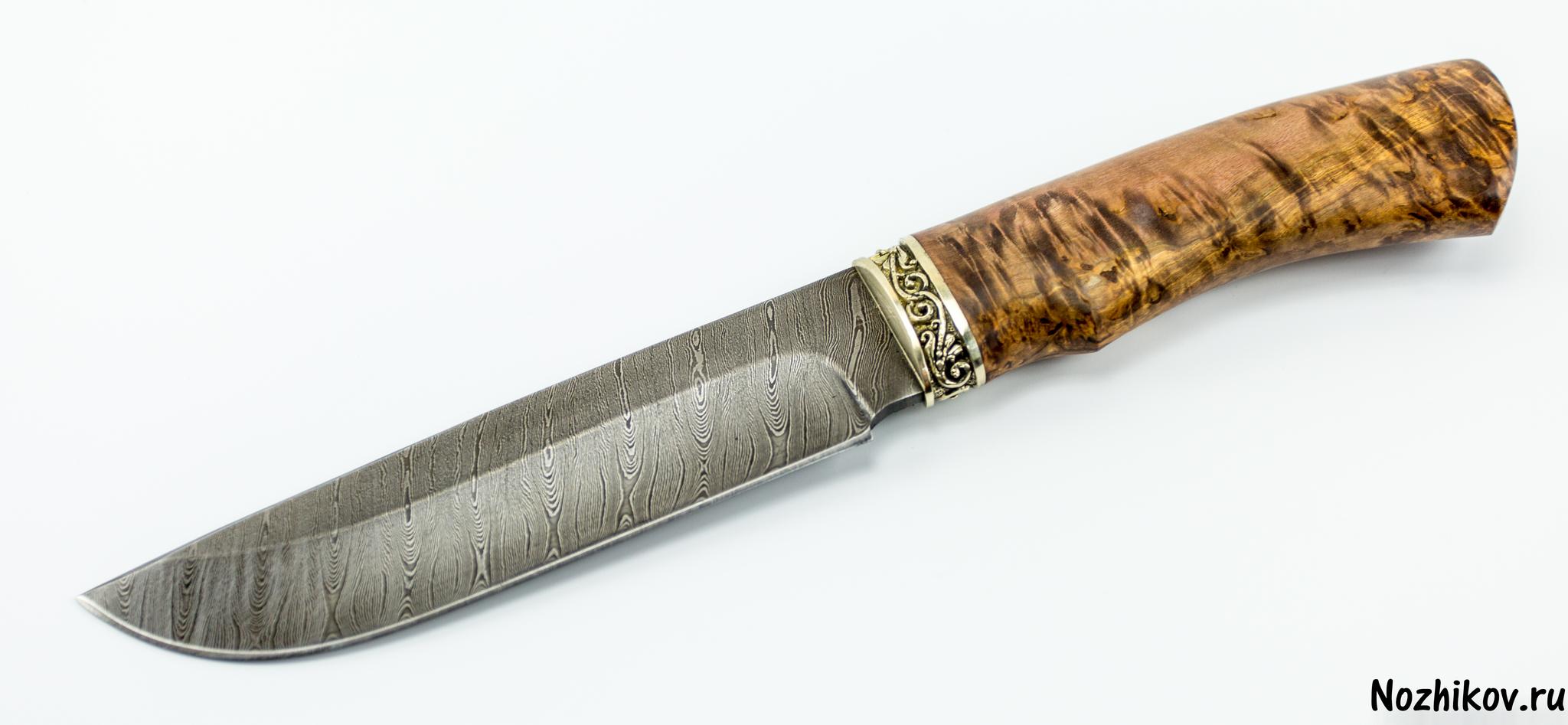 Нож MT-104, дамаск, карельская березаМеталлист<br>Клинок всадного ножа MT-104 имеет традиционную форму, которая давно используется на русских северных ножах: классический прямой обух с небольшим понижением в направлении острия и плавный подъем режущей кромки. Высокие спуски и тонкое сведение обеспечивают ровный и хорошо контролируемый рез. Острый кончик и фальшлезвие на обухе обеспечивают эффективную передачу усилия при совершении укола.Рукоять ножа выполнена из стабилизированной древесины. Этот материал проверен не одним поколением охотников и туристов. Главной особенность рукоятей из дерева является то, что опытные люди называют «теплотой». Такую рукоятку можно уверенно удерживать на морозе голой рукой и при этом совершенно не испытывать холода.Благодаря особому рисунку алмазной стали, литому больстеру, черной матовой рукояти и чехлу из плотной натуральной кожи нож производит впечатление статусного мужского аксессуара. Такой нож может стать отличным подарком другу, боссу или партнеру по бизнесу.<br>Смотреть все охотничьи и туристические ножи<br>