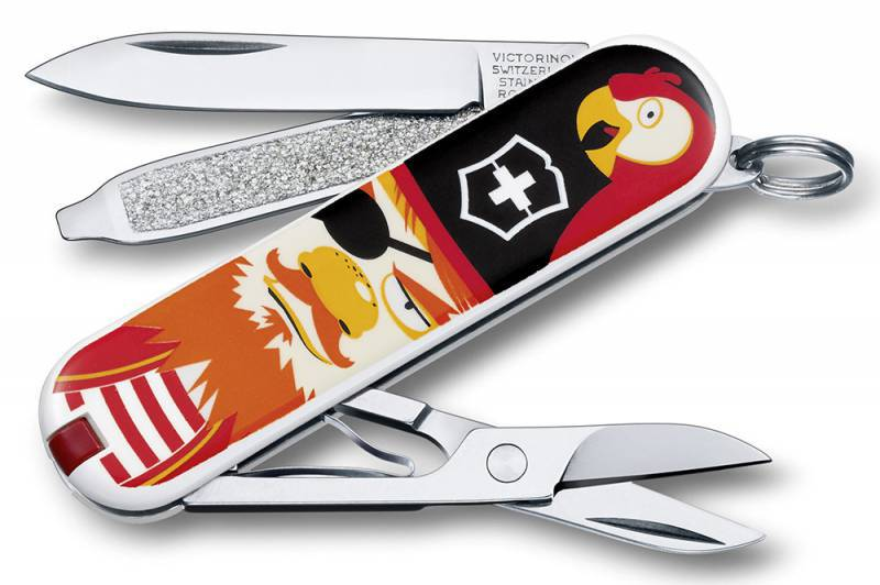 Нож перочинный Victorinox Classic Treasure 0.6223.L1407 58мм 7 функций дизайн КладШвейцарские ножи Victorinox<br>Серия Classic Модель 0.6223.L1407 Клад Описание Брендовый нож-брелок Victorinox Classic 58мм с 7-ю функциями. Является миниатюрным вариантом легендарного швейцарского ножа. Нож имеет кольцо на которое можно подвесить ключи. Этот нож будет прекрасным подарком для настоящего мужчины. Дизайн рукояти Клад. Размеры 18x58x9мм<br>