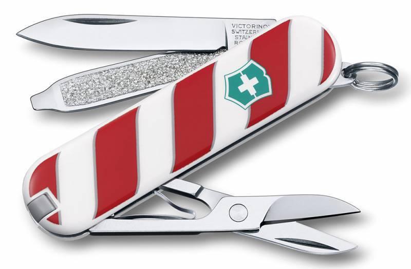Нож перочинный Victorinox Classic 0.6223 Леденец (0.6223.L1405) белый/коричневый 7 функций пластикШвейцарские армейские ножи Victorinox<br>Серия Classic Модель 0.6223.L1405 Леденец Описание Брендовый нож-брелок Victorinox Classic 58мм с 7-ю функциями. Является миниатюрным вариантом легендарного швейцарского ножа. Нож имеет кольцо на которое можно подвесить ключи. Этот нож будет прекрасным подарком для настоящего мужчины. Дизайн рукояти Леденец. Цвет корпуса белый/коричневый Размеры 18x58x9мм<br>