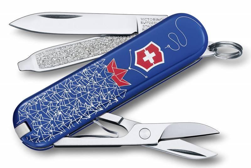 Нож перочинный Victorinox Classic 0.6223 Моряк (0.6223.L1409) синий/красный 7 функций пластик/сталШвейцарские армейские ножи Victorinox<br>Серия Classic Модель 0.6223.L1409 Моряк Описание Брендовый нож-брелок Victorinox Classic 58мм с 7-ю функциями. Является миниатюрным вариантом легендарного швейцарского ножа. Нож имеет кольцо на которое можно подвесить ключи. Этот нож будет прекрасным подарком для настоящего мужчины. Дизайн рукояти Моряк. Цвет корпуса синий/красный Размеры 18x58x9мм<br>