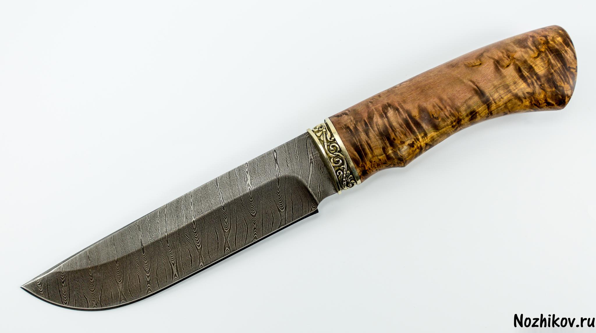Нож MT-104, дамаск, Металлист, карельская березаМеталлист<br>Клинок всадного ножа MT-104 имеет традиционную форму, которая давно используется на русских северных ножах: классический прямой обух с небольшим понижением в направлении острия и плавный подъем режущей кромки. Высокие спуски и тонкое сведение обеспечивают ровный и хорошо контролируемый рез. Острый кончик и фальшлезвие на обухе обеспечивают эффективную передачу усилия при совершении укола.Рукоять ножа выполнена из стабилизированной древесины. Этот материал проверен не одним поколением охотников и туристов. Главной особенность рукоятей из дерева является то, что опытные люди называют «теплотой». Такую рукоятку можно уверенно удерживать на морозе голой рукой и при этом совершенно не испытывать холода.Благодаря особому рисунку алмазной стали, литому больстеру, черной матовой рукояти и чехлу из плотной натуральной кожи нож производит впечатление статусного мужского аксессуара. Такой нож может стать отличным подарком другу, боссу или партнеру по бизнесу.<br>Смотреть все охотничьи и туристические ножи<br>