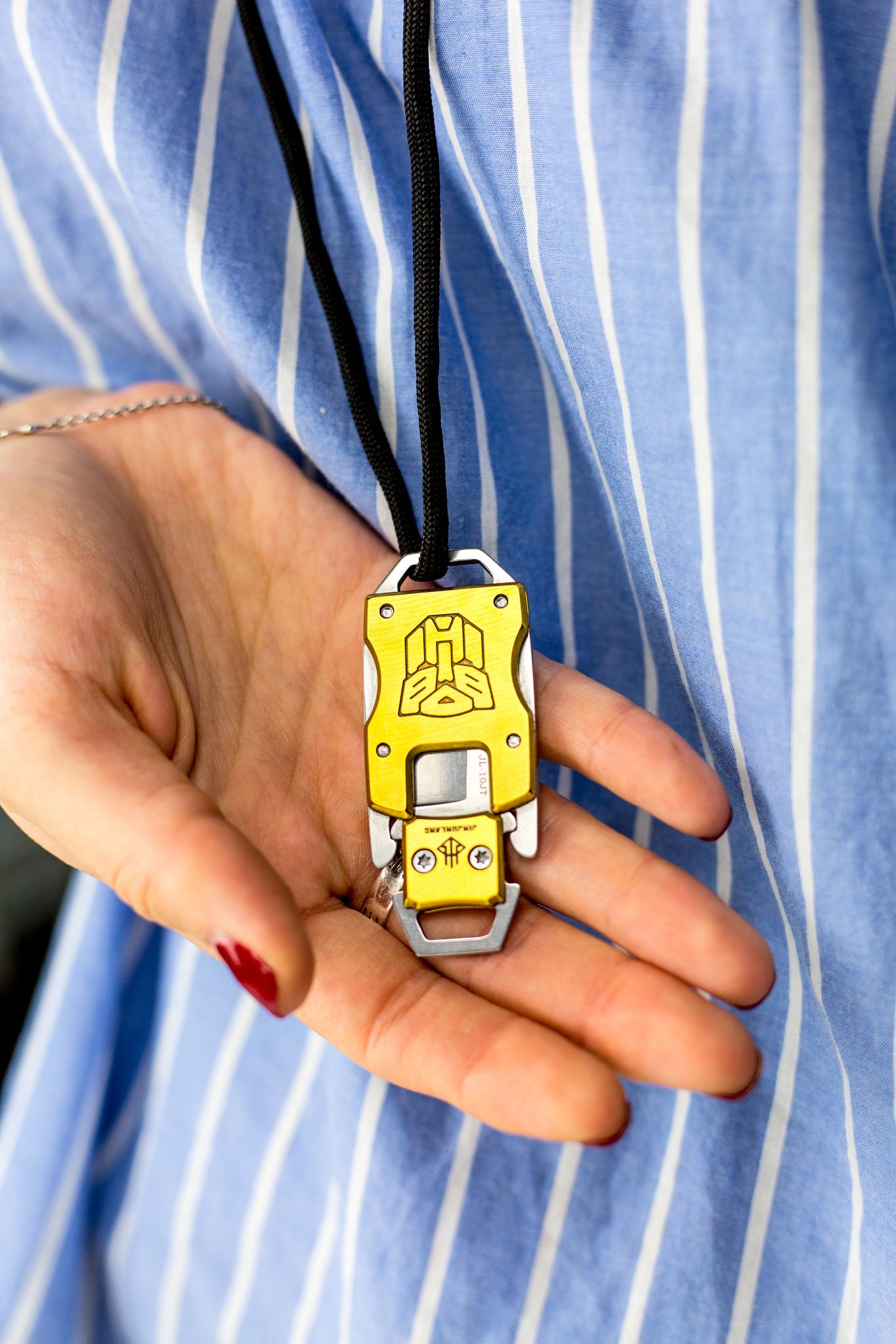 Шейный нож Prime Gold420<br>Ценителям брутальных мужских аксессуаров понравится ШЕЙНЫЙ НОЖ PRIME GOLD. Если вы любите разбавлять свой ежедневный гардероб яркими цветовыми оттенками, обратите внимание на эту модель. Нож представляет собой металлический кулон для ношения на шее или на ключах в качестве брелка. Однако внутри кулона спрятан маленький секрет — клинок длиной 3,1 сантиметр. В рабочем положении клинок вставляется в основании самого кулона и превращается в компактный городской нож с фиксированным клинком. Надежный защелка плотно фиксирует клинок в рабочем и сложенном состоянии.<br>