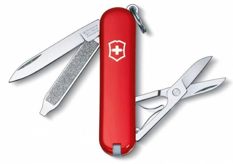 Нож перочинный Victorinox Classic 0.6223 58 мм 7 функций красныйШвейцарские армейские ножи Victorinox<br>Серия Знаменитая классическая коллекция, 58 мм Нож - брелок CLASSIC - это многофункциональный инструмент с набором из 7 функций: Лезвие Ножницы Кольцо для ключей Пинцет Зубочистка Пилка для ногтей с: - Отверткой Длина: 58 мм Цвет: Красный В комплекте: черный чехол из кожзаменителя<br>