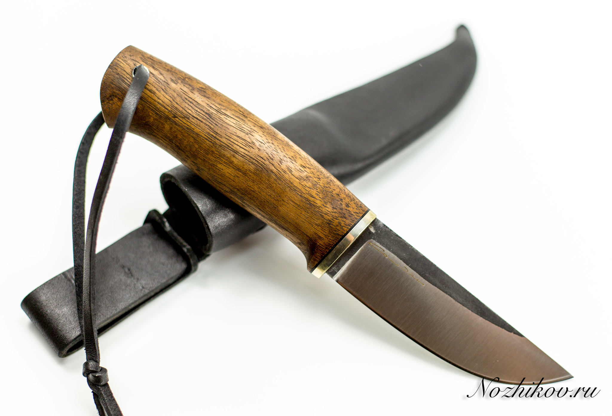 Нож Шмель, сталь N695, орехНожи Староминск<br>Походный нож Шмель, сталь N695, орех - незаменимый в полевых условиях или на даче нож из хромистой нержавейки с хорошей прочностью и коррозийной стойкостью. Благодаря составу он неприхотлив в уходе и подходит для постоянной эксплуатации.<br>Нож Шмель, Sander оснащен объемной рукоятью, сделанной из древесины ореха. Она имеет оригинальный узор и отличается высокой плотностью. Благодаря минимальной склонности к растрескиванию, ручка не деформируется при сильной нагрузке на клинок. Металлический больстер дополнительно защищает ее от излома. Для удобного ношения ножа в отверстие на рукоятке вставлен шнурок.<br>Российский туристический нож Шмель, Сандер комплектуется кожаным чехлом.<br>