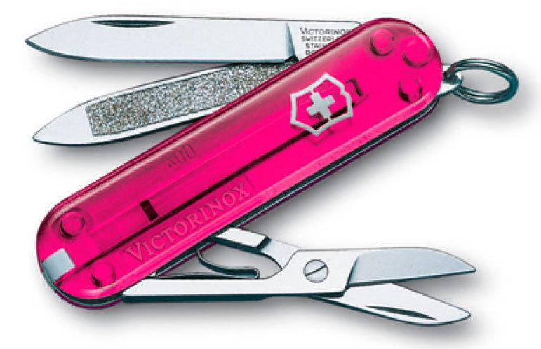 Нож перочинный Victorinox Classic Rose Edition 0.6203.T5 58мм 7 функций полупрозрачный розовыйШвейцарские ножи Victorinox<br>Карманный нож-брелок CLASSIC Rose Edition, limited edition, 58 мм - это многофункциональный инструмент с набором из 7 функций: Лезвие Ножницы Кольцо для ключей Пинцет Зубочистка Пилка для ногтей с: - Инструментом по уходу за ногтями Длина: 58 мм Цвет: прозрачный розовый В комплекте: черный чехол из кожзаменителя<br>