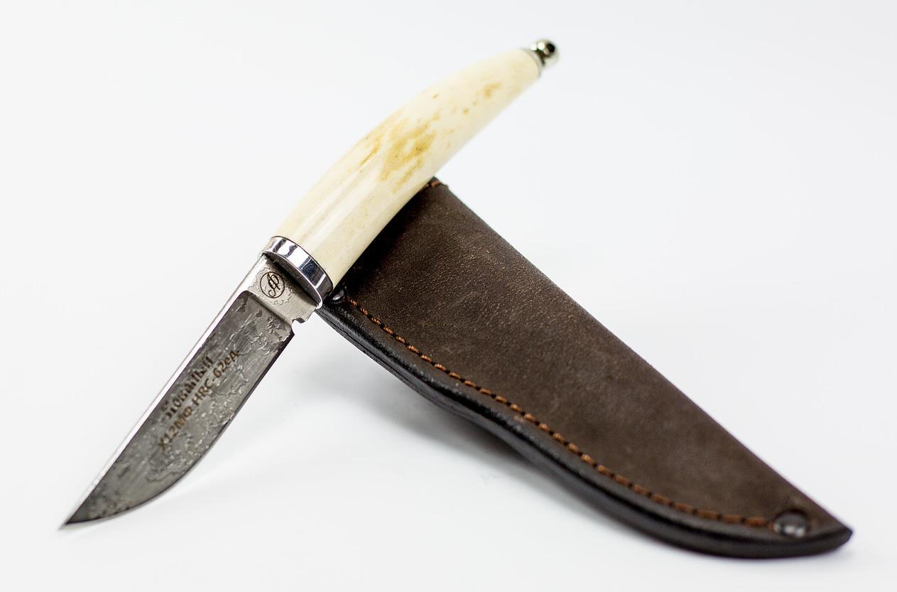 Нож Тигр малютка, Х12МФ, рог лосяНожи Павлово<br>Нож Тигр, сталь Х12МФ, малый, рукоять Рог лося, литьё - дюраль, мельхиор, ручная работа .<br>Общая длина мм: 185Длина клинка мм: 85- 90Ширина клинка мм: 22Толщина клинка мм: 3.0Твердость клинка по шкале HRC: 62-64<br>Тип стали: сталь-Х12МФ,Рукоять: Рог лося, литьё-дюраль,мельхиор.Ножны: Натуральная кожа.Комплектация: нож, ножны, сертификат.<br>