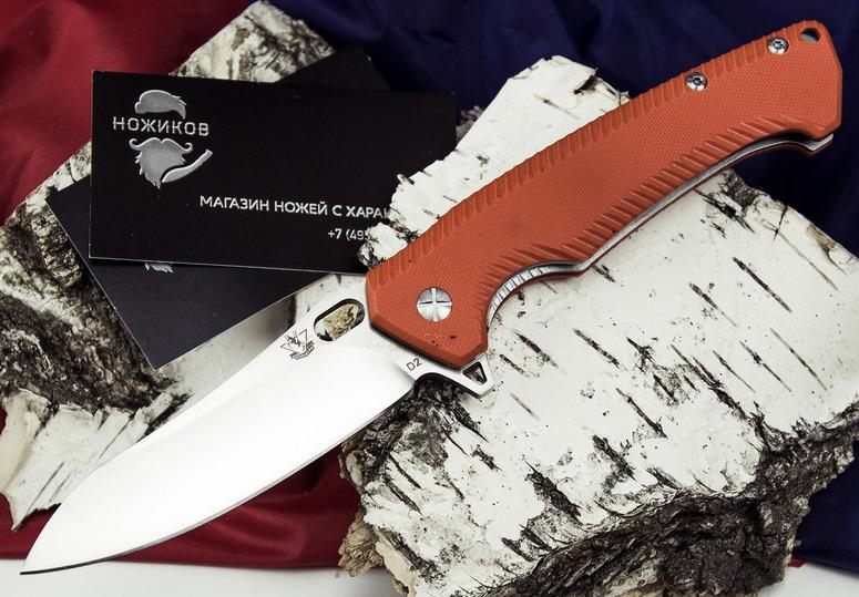 Складной нож Резус BРаскладные ножи<br>Стильный городской нож, выполненный из нержавеющей стали и оснащенный накладками яркого оранжевого цвета. Модель Резус В отлично подойдет для использования в летнее время года. Цвет накладок будет хорошо сочетаться с яркой летней одеждой. Клинок ножа имеет высокие линзовидные спуски с тонким подводом к режущей кромке. Таким ножом удобно резать свежие овощи и фрукты, готовить бутерброды для легкого перекуса. Для открывания ножа можно использовать отверстие на клинке или выступ-флиппер. Если вы планируете отравиться в путешествие, то благодаря яркому цвету накладок, вы легко найдете нож среди других вещей.<br>