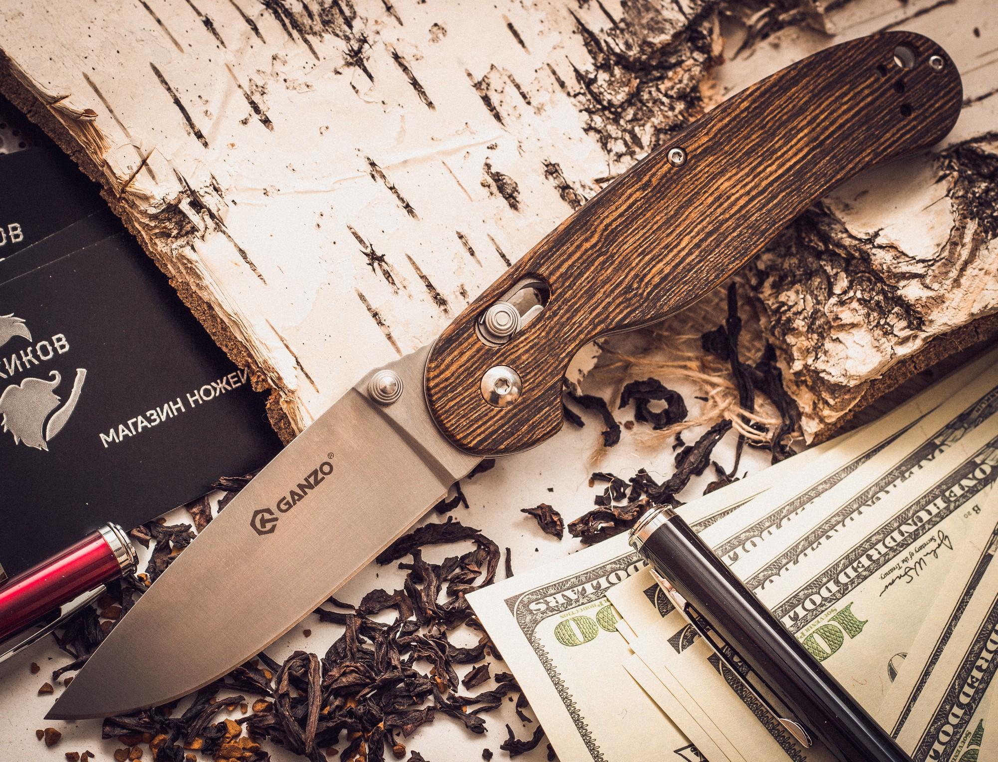 Складной нож Ganzo Rat G727M-W1 c деревянной ручкойРаскладные ножи<br>Небольшой по размеру складной нож Ganzo модели Rat G727M-W отлично подойдет туристам и всем ценителям времяпрепровождения на природе. Он очень практичный и удобный в использовании. Для этого ножа используется качественная и твердая сталь 440С, которая относится к группе нержавеющих сплавов. При твердости 58 HRC, этот металл в течение длительного периода остается острым после каждой заточки, но все же позволяет проводить процедуру затачивания качественно даже в полевых условиях. Сталь 440С достаточно просто протереть насухо, чтобы предотвратить появления коррозии после использования ножа. Режущая кромка лезвия гладкая, а потому нож GanzoКрысаG727M-W хорошо режет почти любой материал. Острие ножа поднято кверху, что позволяет при размере клинка 89 мм удлинить непосредственно режущую кромку. Поверхность лезвия — сатиновая, с достаточно заметными штрихами. Однако такая обработка нисколько не уменьшает сопротивляемость ножа коррозии.<br>
