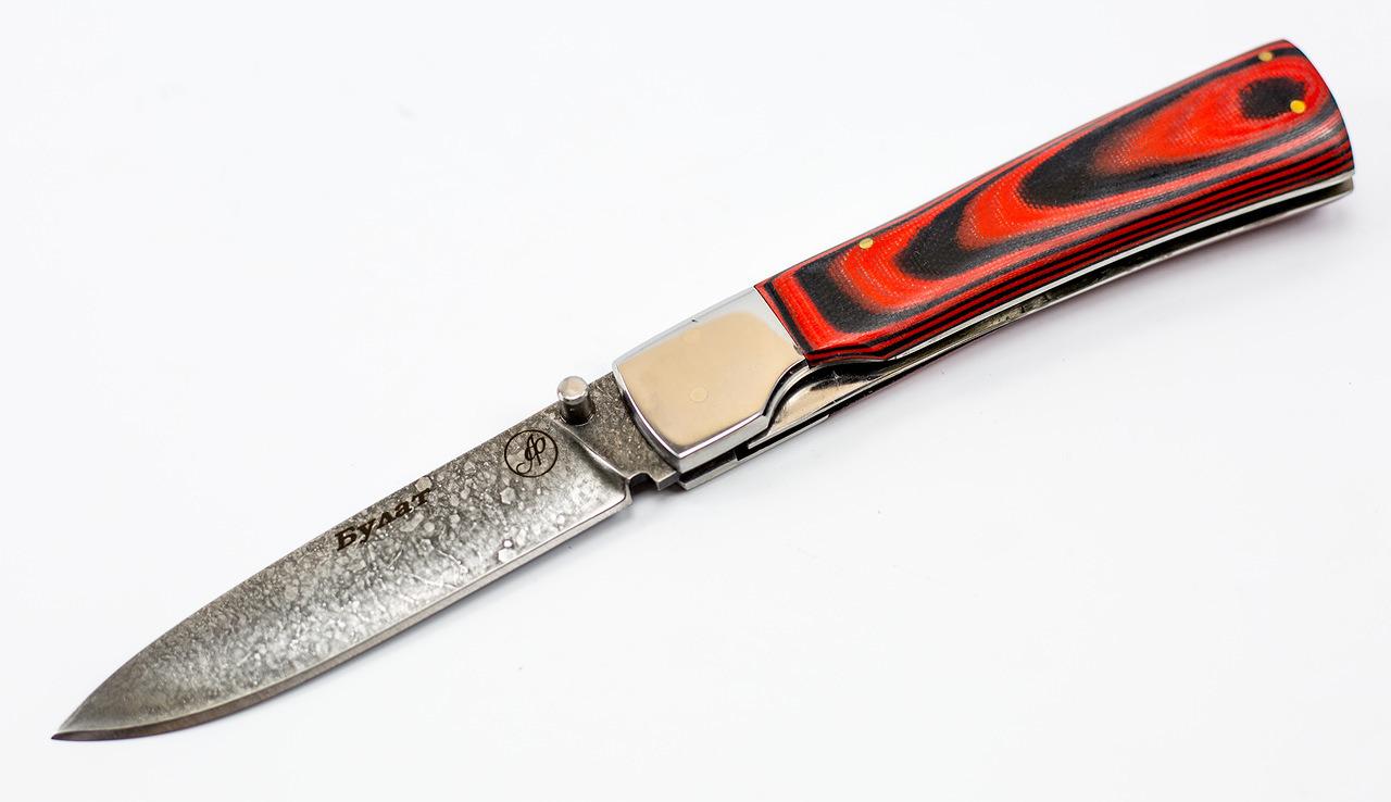 Нож складной Якут, литой булат БарановаРаскладные ножи<br>Нож Якут, литой булат Баранова.Производитель Александр Фурсач<br>Общая длина мм: 225Длина клинка мм: 105Ширина клинка мм: 23Толщина клинка мм: 2.0- 2.4Твердость клинка по шкале HRC:65Тип стали: Литой булат БарановаРукоять: МикартаНожны: Натуральная кожа.Комплектация: нож, ножны, сертификат.<br>Фирменный литой булат Сергея Баранова - отличнейший материал для самых лучших клинков. Агрессивно режет и долго сохраняет заточку. Прекрасно закаливается на высокую твердость до 65 HRC, но вместе с тем он очень прочный. В своем составе имеет высокое содержание углерода 1,7% и хрома 14%, вольфрама 0,5%, молибдена 0,5%, марганца 1,0%, кремния 0,4%. Литой булат Баранова практически не ржавеет.<br>