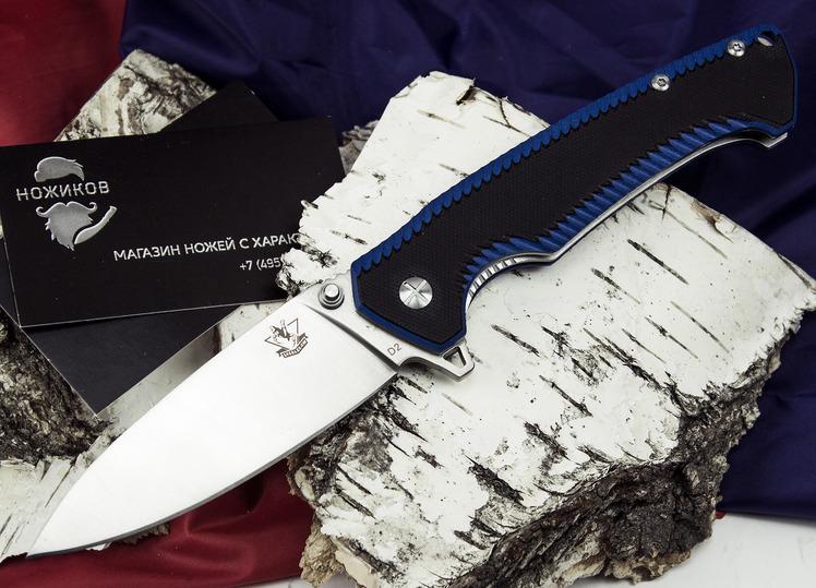 Складной нож Резус СРаскладные ножи<br>Сочетание классических форм и современных материалов позволяет создавать очень интересные ножи. Складной нож Резус С понравится тем, кто любит контрасты и яркие цветовые акценты. В этой модели отлично сочетаются серебристый цвет стали и черно-синяя окраска рукояти. Материалы, из которых выполнен нож, не боятся влаги и сырости. Нож можно использовать на пикнике или в туристическом походе. Яркая окраска рукояти поможет быстро найти нож в траве. Нож хорошо контролируется и уверенно управляется в процессе работы.<br>