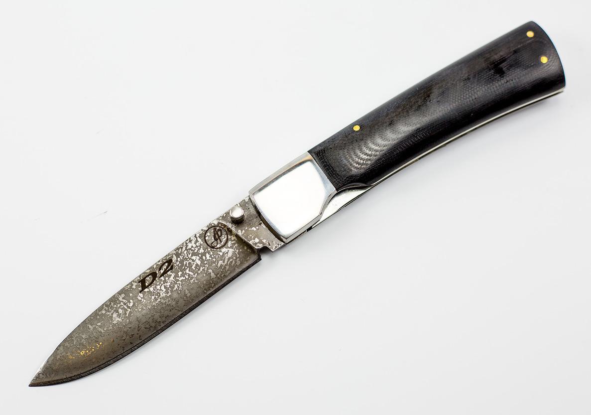 Нож складной Якут из D2, микартаРаскладные ножи<br>Нож складной Якут, немецкая сталь D2, рукоять микарта, ручная работа .Общая длина мм: 225Длина клинка мм: 105Ширина клинка мм: 23Толщина клинка мм: 2.0- 2.4Твердость клинка по шкале HRC: 63Тип стали: немецкая D2Рукоять:МикартаНожны: Натуральная кожа.Комплектация: нож, ножны, сертификат.<br>