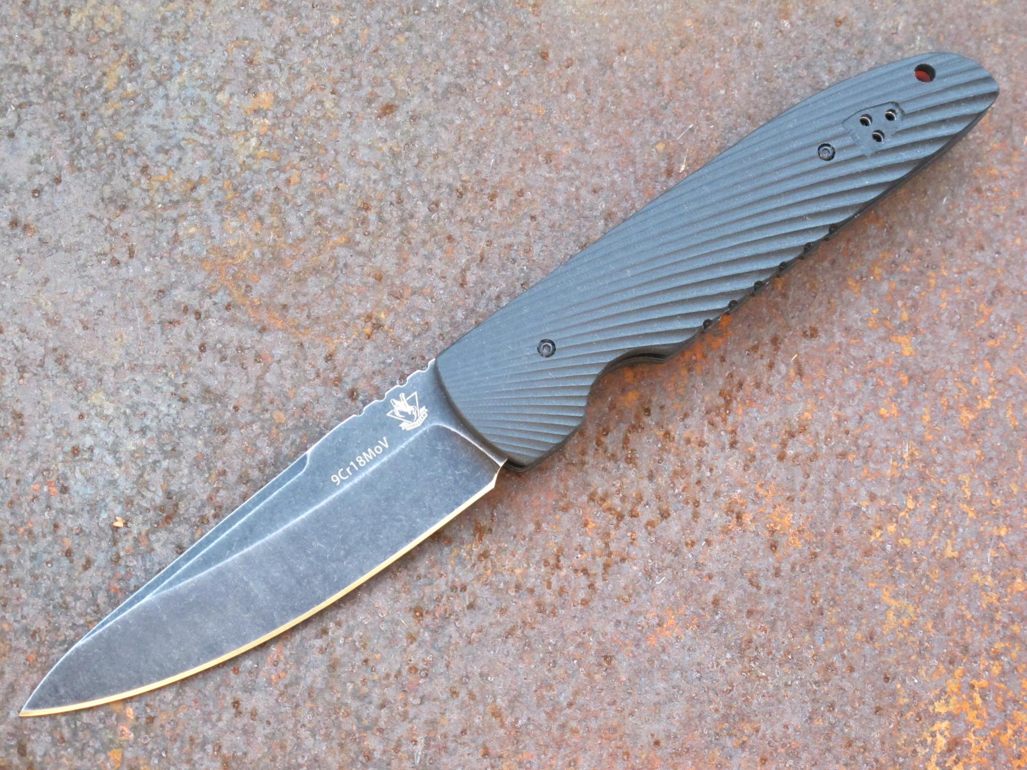 Складной нож STEELCLAW RebusРаскладные ножи<br>Эта модель несет в себе несколько интересных фишек. Складной нож REBUS типичный представитель джентльменских ножей, которые принято носить с дорогим костюмом. Нож выполнен в серой цветовой гамме городского минимализма. На клинок из нержавеющей стали нанесено покрытие «стоунвош». Ярким цветовым акцентом является ребристая оранжевая проставка между накладками рукояти. Для ношения ножа можно использовать клипсу или подвес. Ближе к тыльной части находится отверстие для подвеса или темляка. Нож оснащен замком необычного типа и вам потребуется некоторое время, что бы научиться открывать и закрывать нож.<br>марка стали:9Cr18MoVтвердость:57- 58 HRCдлина общая: 268мм,длина клинка :118мм,толщина клинка: 4 ммматериал рукояти:G10тип замка: скрытыйвес:240гр<br>