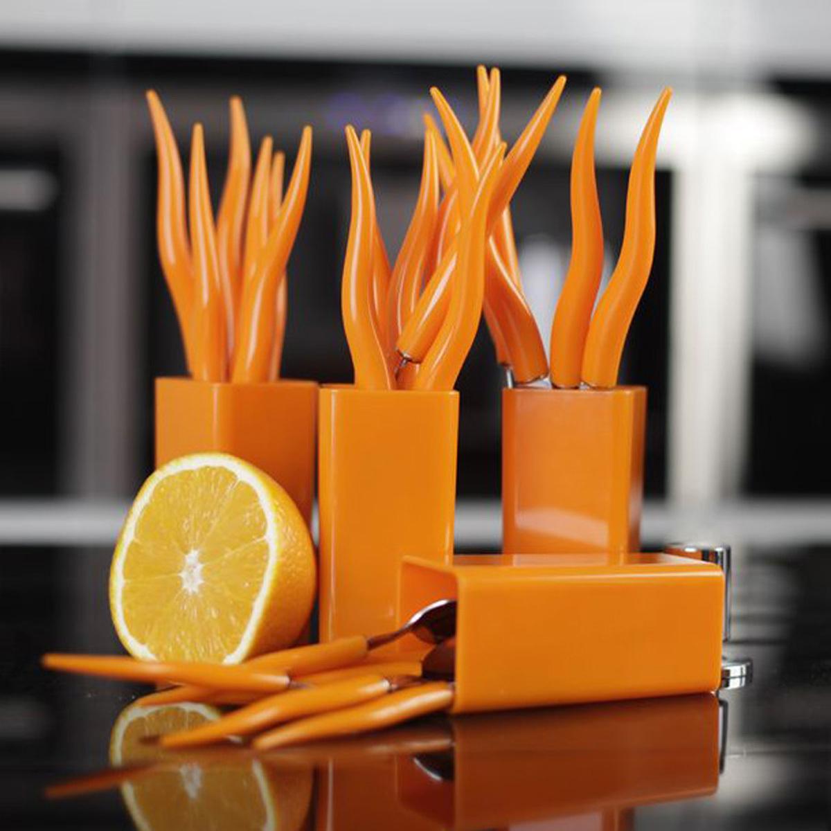 Столовые приборы MoulinVilla, «Морковки» 24 предметаНаборы кухонных ножей<br>Производитель: MoulinVillaВес: 1,078 кгЦвет: оранжевыйМатериал: пластикпищевая нержавеющая стальНабор:: даКоличество предметов в наборе:: 28Упаковка: Пластиковая коробкаКоличество персон:: 24Бренд:: MoulinVillaРазмер упаковки:: 21,5 см*24,5 см*5,4 см<br>В набор входят:<br>6 вилок;<br>6 ножей;<br>6 столовых ложек;<br>6 чайных ложек;<br>4 подставки.<br>