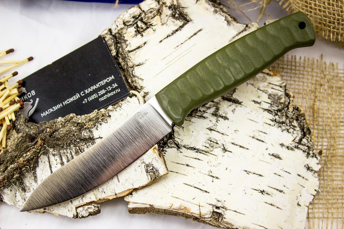 Шкуросъёмный разделочный нож Strix, сталь SleipnerНожи Рязань<br>ТуристическийножSTRIX заменит собой целый набор вспомогательных ножей, которыми обычно пользуются охотники при разделке охотничьих трофеев. Геометрия ножа позволяет удерживать его разными хватами. Благодаря рифленой рукояти, нож легко перехватывать в процессе работы. Удерживая нож двумя пальцами за клинок можно выполнять деликатные и точные надрезы. Нож также можно использовать для чистки рыбы и приготовления пищи. Острый кончик пригодится, если нужно будет открыть консервную банку. Кожаный чехол предохраняет нож от повреждений. В нижней части ножен расположено отверстие для отвода влаги.<br>Длина общая (мм): 231мм.Длина клинка (мм): 118мм.Материал клинка: SleipnerМатериал рукояти: объемная микартаСтрана изготовитель: Россия, Рязань<br>