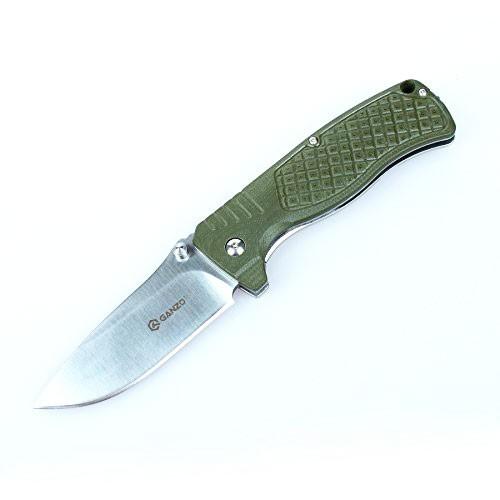 Нож Ganzo G722 зеленыйРаскладные ножи<br>Модель Ganzo 722 разработана как складной нож. Этот тип конструкции обеспечивает ей широкое применение в качестве незаменимого инструмента во время любого вида отдыха на природе. Ganzo 722 предназначается для использования на рыбалке, на охоте, во время пикников или длительных туристических походов. Безопасность эксплуатации для этой модели обеспечивает один из наиболее популярных фиксаторов лезвия — замок FrameLock. Он не дает ножу самопроизвольно раскрыться во время транспортировки или же сложиться под нагрузкой во время работы.<br>Одной из основных деталей любого ножа является клинок. В модели Ganzo 722 для этой детали используется марка стали 440С. Это нержавеющий сплав с твердостью около 58 HRC. За ножом из такого металла достаточно просто ухаживать, он долгое время остается острым и легко затачивается даже при помощи небольших карманных точилок. Длина клинка составляет 9 см при толщине со стороны обуха 0,4 см.<br>Рукоятка Ganzo 722 — комбинированная. Ее основу составляет такая же сталь, как и для клинка, но с лицевой стороны используется накладка из текстурированного стеклопластика G10. Каждый покупатель может выбрать нож с накладкой из зеленого, оранжевого или черного пластика. С обратной стороны рукоятки расположена металлическая клипса, при помощи которой нож можно зафиксировать на ремне. Также в качестве страховки от потери ножа можно прикрепить к его рукоятке темляк, с помощью которого крепить Ganzo 722 к другому снаряжению. Для этого, в хвостовой части рукоятки предусмотрено специальное сквозное отверстие.<br>Вес данной модели ножа составляет 225 г, так что он не станет лишним грузом. Напротив, этот нож поможет вам приготовить на природе пищу, выполнить многие другие виды работ и займет достойное место в числе прочего снаряжения.<br>Особенности:<br><br>клинок ножа сделан из стали 440С;<br>рукоятка изготовлена из металла и пластика G10;<br>нож имеет прямую заточку клинка;<br>вес ножа — 225 г;<br>длина клинка — 9 см