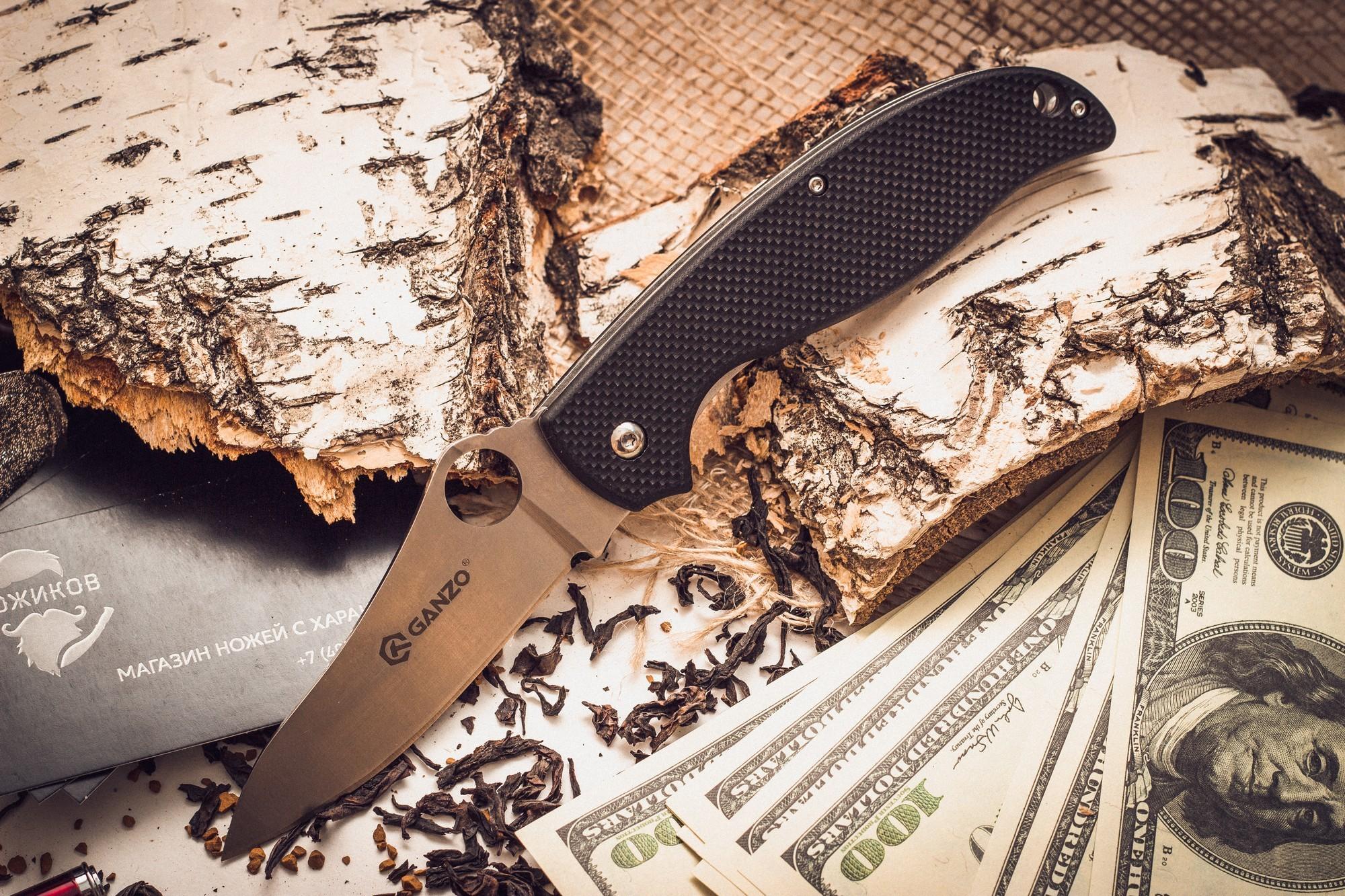 Складной нож Ganzo G734, черныйРаскладные ножи<br>Если вы выбираете нож для поездок на природу: туризма, рыбалки, пикников или занятий различными видами экстремального спорта, Ganzo G734 — именно та модель, на которую действительно стоит обратить внимание. Его клинок выполнен из нержавейки высокого качества (440С), которую широко используют многие известные производители. Гладкая заточка способствует многозадачности этой модели. Нож прекрасно подойдет для приготовления бутербродов, чистки рыбы, выполнения различных подсобных работ. Помимо того, у лезвия довольно необычная форма, которая понравится ценителям и коллекционерам ножей. Длина лезвия ножика достигает 89 мм при толщине пластины по обуху 30,33 см.<br>Чтобы Ganzo G734 было удобно держать в руках, на его рукоятке с обеих сторон размещены накладки из популярного стеклопластика G10. Он получил большое распространение благодаря необычайной прочности (это композитный материал), легкости формовки и способности долго сохранять свои свойства. Кстати, стеклопластик комфортно держать в руках и зимой, и летом, в отличие от некоторых других материалов, на которые существенно влияет температура окружающей среды. Для модели Ganzo G734 производители предусмотрели четыре варианта расцветок рукоятки: хаки, оранжевая, черная и болотно-зеленая. В хвосте рукоятки сделано небольшое отверстие для темляка.<br>Сделан по аналогузнаменитогоножа Spyderco.<br>