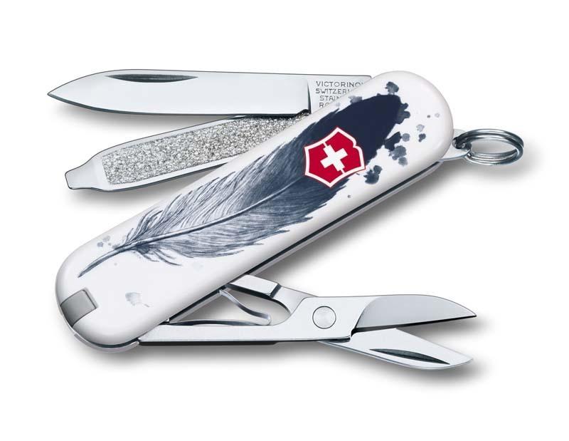 Складной нож Victorinox Classic LE 2016 LIGHT AS A FEATHERШвейцарские ножи Victorinox<br>Материал: высококачественная нержавеющая стальРукоять: глянцевый нейлонВес: 26.1г.<br>ФУНКЦИИ:<br><br>лезвие<br>ножницы<br>пилочка для ногтей с<br>отверткой 2.5 мм<br>кольцо для подвеса<br>зубочистка<br>пинцет<br>