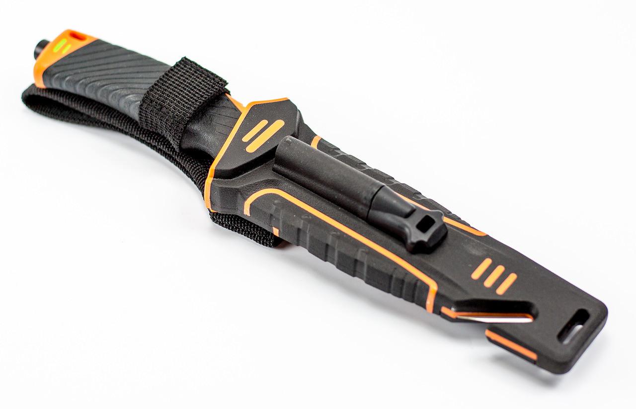 Нож для выживания с огнивом и точилкой Ganzo G8012, черно-оранжевыйGanzo<br>Нож модели Ganzo G8012 стоит взять с собою в путешествие или турпоход, в любую экспедицию. Он создан таким образом, чтобы прийти на помощь своему владельцу даже в самые сложные моменты. Основной материал ножа — сталь марки 7Cr13. Она содержит большое количество углерода и может быть закалена до 57 HRC. При этом, коррозийная стойкость сплава без проблем позволяет использовать его в условиях повышенной сырости. Клинок жестко зафиксирован по отношению к рукоятке, что повышает стойкость ножа к нагрузкам. 11,5 см из общей длины приходится именно на клинок, который имеет прямую заточку. Поверхность лезвия матовая и черная. Помимо того, что такой нож очень стильно выглядит, он вполне может использоваться в тактических целях.<br>Рукоятка изготовлена из пластика ABS. Он относится к группе термопластиков, которые известны прочностью и долговечностью. Рукоятка в данной модели может комбинировать элементы черного и оранжевого цвета, либо черного и зеленого. В этих же оттенках выполнен и чехол для ножа. Он сделан из нейлона и пластика, а нож удерживает внутри при помощи застежки-липучки. С обратной стороны чехла встроена компактная металлическая пластина с алмазным напылением, которая является практичной и легкой точилкой для ровного участка лезвия. Кроме того, в чехол встроен стропорез, а в специальном гнезде закреплено вынимающееся огниво. В дополнение к этому, рукоятка ножа оканчивается небольшим плоским выступом, выполняющим роль стеклобоя.<br>Имея в своем распоряжении ножик Ganzo G8012, можно смело отправляться в любую экспедицию. Ведь он поможет достойно выбраться даже из самых экстремальных ситуаций.<br>Особенности:полный размер ножа — 24,5 см;размер клинка — 11,5 см;размер рукоятки — 12,5 см;толщина пластины клинка - 0,5 см;марка стали — 7Cr13;материал рукоятки — ABS термопластик;вес ножа — 356 г;твердость закалки +-57HRC;в комплекте ножны;встроенная в ножны алмазная точилка;встроенный стропорез;