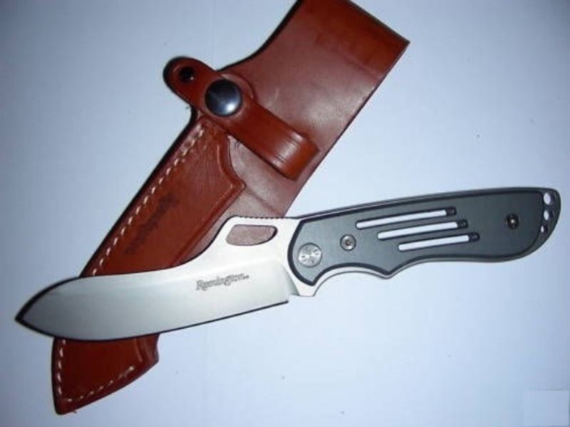 Нож с фиксированным клинком Remington Таможенник I (Custom Carry) RM\905F AL440C<br>Разделочный нож с фиксированным клинком Remington Таможенник I (Custom Carry) RM\905F AL разработан с учетом рекомендаций профессиональных егерей. Такой подход позволил сделать универсальный нож туриста и охотника, отличающийся повышенным комфортом использования. Клинок из стали 440C длительно сохраняет остроту режущей кромки, не боится силовой нагрузки, поскольку нечувствителен к излому. Накладки рукояти выполнены из анодированного алюминия, который не поглощает влагу. За счет оксидной пленки он прочно связан с основой накладки, что исключает ее раскол. На эфесе предусмотрено три отверстия под темляк. Комплектуется нож путешественника кожаными ножнами.<br>