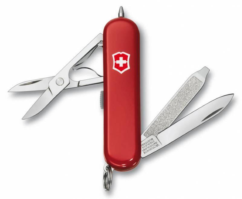 Нож перочинный Victorinox Signature Lite 0.6226 58мм 7 функций красныйШвейцарские ножи Victorinox<br>Серия Знаменитая классическая коллекция, 58 мм<br><br>Нож - брелок SIGNATURE LITE - это многофункциональный инструмент с набором из 7 функций: <br>Лезвие<br>Ножницы<br>Кольцо для ключей<br>Красный светодиод<br>Шариковая ручка<br>Пилка для ногтей с: <br>- Отверткой<br>Длина: 58 мм<br>Цвет: Красный<br>