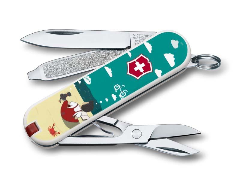 Складной нож Victorinox Classic LE 2016 DREAM BIGШвейцарские армейские ножи Victorinox<br>Материал: высококачественная нержавеющая стальРукоять: глянцевый нейлонВес: 26.1г.<br>ФУНКЦИИ:<br><br>лезвие<br>ножницы<br>пилочка для ногтей с<br>отверткой 2.5 мм<br>кольцо для подвеса<br>зубочистка<br>пинцет<br>