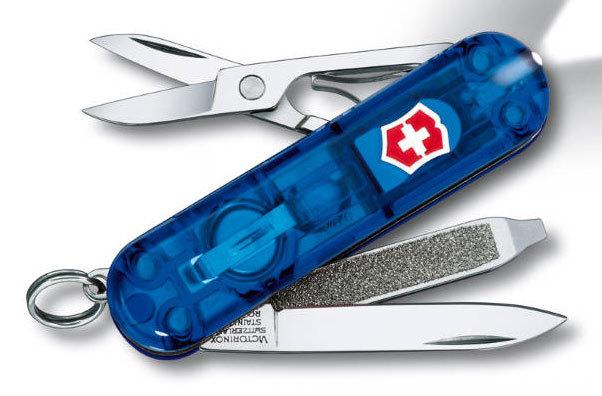 Нож перочинный Victorinox SwissLite Sapphire 0.6228.T2 58мм 7 функций полупрозрачный синийШвейцарские ножи Victorinox<br>Серия Знаменитая классическая коллекция, 58 мм<br><br>Нож - брелок SWISSLITE - это многофункциональный инструмент с набором из 7 функций: <br>Лезвие<br>Ножницы<br>Кольцо для ключей<br>Красный светодиод<br>Пинцет или зубочистка<br>Пилка для ногтей с: <br>- Отверткой<br>Длина: 58 мм<br>