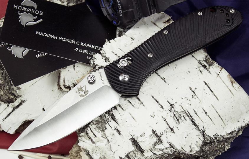 Складной нож ГексРаскладные ножи<br>Складной нож Гекс относится к сегменту складных ножей, которым всегда найдется работа, как в городе, так и в походных условиях. Клинок ножа отлично приспособлен для реза и уколов. С помощью ножа можно приготовить легкий перекус, выстрогать зубочистку или отрезать нитку на одежде. Среди достоинств стоит отметить короткий мощный клинок с острым кончиком. Такой нож можно использовать в качестве «микро-ломика», чтобы поддеть или отжать что-нибудь. Рифленая рукоять совершенно не скользит даже во влажной руке. Для однорукого открывания нож оснащен двухсторонним шпеньком на клинке.<br>