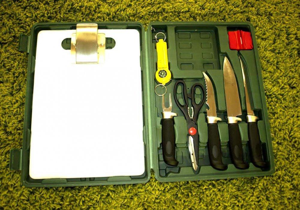Комплект для разделки рыбы «Набор удачливого рыбака»Ножи для рыбы<br>Комплект для разделки рыбы Набор удачливого рыбака - это замечательный помощник для любителей посмаковать рыбкой! Специальные ножи для чистки, разрезания филе, снятия шкурки, ножницы для обрезания хвоста и плавников – здесь в наличии все необходимое для того, чтобы процесс приготовления вкуснейшей рыбки был максимально удобен и минимально долог. Все инструменты, которые входят в комплект для разделки рыбы изготовлены из прочной нержавеющей стали с качественной заточкой. Благодаря им, Вы без труда сможете почистить и обработать даже большой улов. Желаете готовить без хлопот любимые блюда из водных обитателей - спешите купить набор для разделки рыбы в чемодане!Состав набора:Нож для филеНожик рыбакаУниверсальный ножикТочилка для лезвий ножейНожницыВилкаВесы с рулеткойРазделочная доска со специальным зажимомКейс из качественного пластика<br>