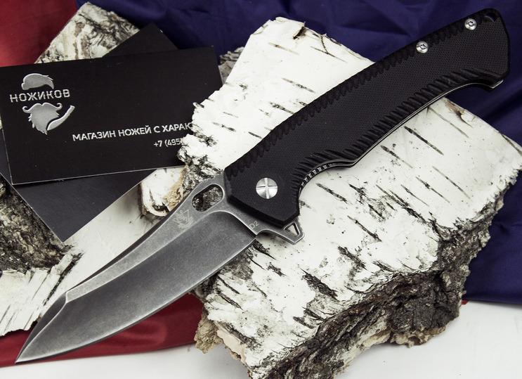 Складной нож Резус АРаскладные ножи<br>В этом складном ноже гармонично сочетаются последние тенденции ножевого стиля. Складной нож Резус А оснащен клинком сложной формы, который рассчитан на выполнение различных задач. Ножом удобно строгать древесину, резать бумагу и пластик, перерезать ремни безопасности. Для надежного удержания ножа в экстремальной ситуации, рукоять оснащена подпальцевой выемкой и фигурными пропилами на рукояти. Клинок ножа имеет специальное покрытие, которое на дает бликов на солнечном свету. Эта модель отличный вариант для тех, кто подыскивает универсальный ножа для повседневного использования в городе.<br>