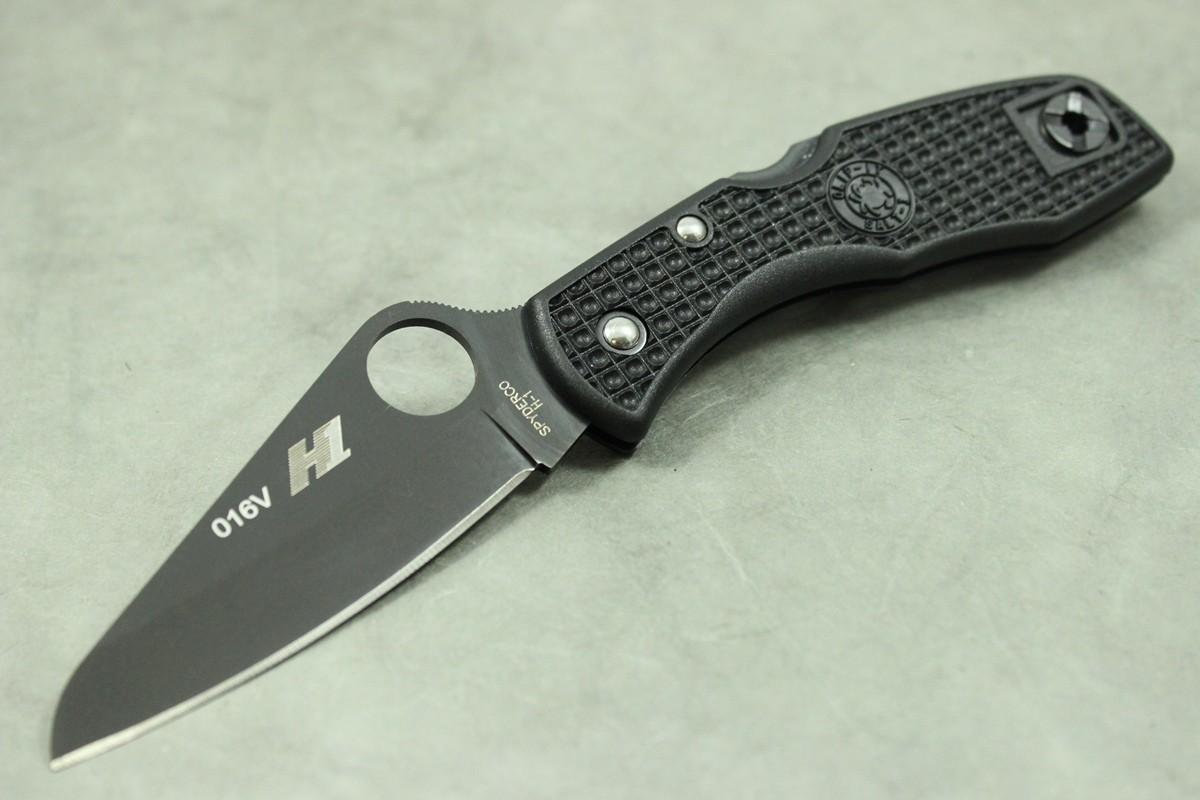 Складной нож Salt 1 Black BladeРаскладные ножи<br>НожSalt 1 Blackот Spyderco включает клинок, с гладкой режущей кромкой, из стали Н-1, которую не часто встретишь на рынке из-за сложности ее производства, покрытый карбонитридом титана (TiCN), для придания материалу исключительной твердости и износостойкости, а также рукоять из невероятно легкого нейлона, усиленного стекловолокном FRN черного цвета, что делает эту модель обладательницей меньшего веса, среди ножей схожей конструкции.<br><br>Salt 1 Black C88PBBK позаимствовал свой рациональный размер, выгнутую форму и испытанную прочность у одной из самых популярных моделей Spyderco Delica. Также, удачным решением оказалось, поставить антикоррозийную, не подверженную ржавчине, сталь Н-1 на эту модель. С тех пор, как разработали сталь Н-1, специально для использования в воде и ее окружении, закругленный кончик более подходит для выполнения задач, которые ставят перед собой мореходы и рыбаки.Поэтому Salt 1C88PBBKимеет более закругленный кончик лезвия, что делает его форму подобнойSheepsfoot.<br><br>Классический фирменный знак Spyderco – круглое отверстие на клинке –увеличено до 14 мм, что содействует более легкому открытию и закрытию ножа мокрыми ладонями или руками, одетыми в перчатки. Все внешние и внутренние металлические компонентыSalt 1 Black– механизм замка, болты и клипса – обработаны особым способом, чтобы стать неуязвимыми для ржавчины и коррозии.<br><br>Обе стороны рукоятки из FRN покрывает равномерная текстура с узором Volcano Grip, для создания трения, которое противостоит скольжению рукояти в руке. Механизм открытия/закрытия ножа расположен на спинке рукояти в виде встроенного рычага, защищенный от случайного срабатывания при сильном сжатии ручки ножа. Черная титановая карманная клипса находится на пятке рукояти, в положении Tip-Up,является съемной, и переставляется на правую или на левую строну, по желанию владельца. В центре болта, которым крепится клипса, находится отверстие для темляка, для надежного креп