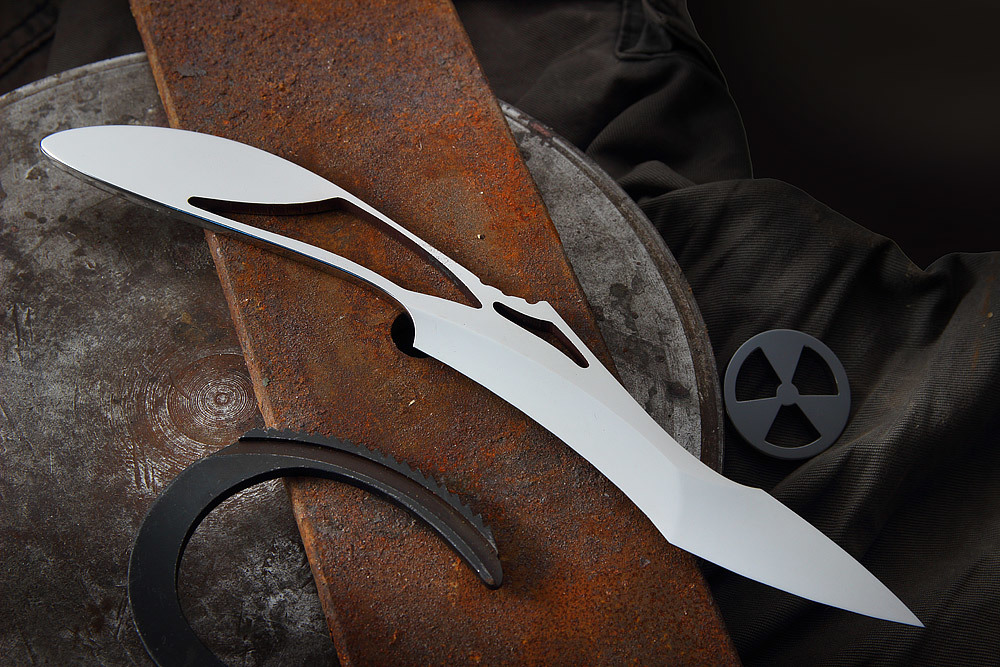 Нож  Zombie Claw от Mr. BladeMr.Blade<br>Если вы любите фильмы про зомби и выживание в пост-апокалиптический период, вас, несомненно, заинтересует нож скелетного типа «Claw» (Клоу) компании Mr.Blade (Мистер Блейд). Агрессивный клинок словно сошел с экрана кинофильма. Теперь таким ножом вы сможете вскрывать конверты, перерезать нитки и чистить плоды семейства цитрусовых. Назначение этой модели - дарить владельцу радость от обладания таким невероятным ножом. Полированная нержавеющая сталь приятно холодит руку при использовании. Нож займет почетное место в ящике офисного стола или украсит полку в гостиной.<br>ОБЩИЕ ХАРАКТЕРИСТИКИ:Общая длина 239 ммДлина клинка 126 ммШирина клинка 31 ммТолщина клинка 3,5 ммВес 98 гСталь Bohler N695Твердость стали 58-60 HRC<br>