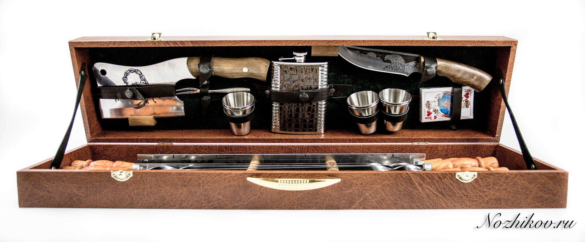 Шашлычный набор Боярский №2, КизлярНожи Кизляр<br>Оригинальный шашлычный набор боярский №2 - образец роскоши и хорошего вкуса. С такой комплектацией он станет отличным вариантом для любого пикника или вылазки на охоту. Подарочный набор для шашлыка в чемодане даст возможно без проблем взять с собой все необходимые инструменты, если речь идет о вылазке на природу. Здесь есть нож и топорик для обработки мяса, шампуры, металлические рюмки, фляга и даже колода карт для того, чтобы весело провести время. Набор для шашлыка и барбекю в чемодане от Кизляр понравится пользователям еще и за счет удобства. Конструкцию легко транспортировать и внутри все составляющие надежно зафиксированы на своих местах. Внутри набора никогда не будет бардака и необходимое приспособление владелец быстро сможет взять для использования.<br>Комплектация набора:- вместительный чемодан из дерева;- шашлычные шампуры с резными деревянными ручками - 6 шт;- складной мангал;- туристические стопки - 6 шт;- фляжка походная;- нож Кизляр;- топор-тяпка Скорпион;- вилка для снятия шашлыка;- колода игральных карт.<br>