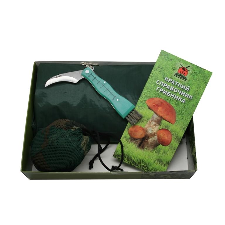 Набор «Грибоедов»Подарочные наборы ножей<br>Представляем новый, совершенный набор для сбора грибов. Впрочем, это даже не столько набор, сколько полный комплект амуниции, предназначенный для истинного ценителя грибов – охотника и поедателя в одном лице. Дождевик поможет не промокнуть в поиске грибов, специальный грибной нож и складное камуфлированное ведро идеальны для сбора трофеев, а справочник грибника поможет тут же, не отходя от грибницы, отделить зерна от плевел, то есть съедобные от несъедобных, и таким образом сохранить здоровье себе и окружающим.<br>В набор входит:<br>1) Дождевик<br>2) Грибной ножс флуоресцентной рукояткой<br>3) Ведро грибное камуфлированное<br>4) Справочник грибника<br>