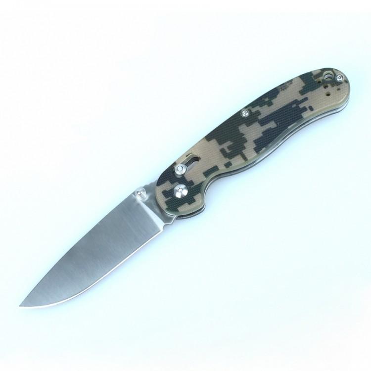 Складной нож Ganzo Rat G727M, хакиРаскладные ножи<br>Складной нож RAT 727M от компании Ganzo — универсальный вариант для того, чтобы использовать его во время загородного отдыха или в качестве ежедневного инструмента. Размер его клинка составляет 8,9 см, а общие габариты в сложенном виде — всего 12 см. Затачивание лезвия выполнено по технологии plain.<br><br>Область применения Ganzo 727M достаточно широка благодаря тому, что это карманный нож, который вполне безопасно переносить и удобно использовать. Его можно взять в качестве помощника на рыбалку или в туристический поход, на охоту, на пикник или велопрогулку. В городе нож также может оказаться очень полезен, если вам понадобится разрезать яблоко, упаковку своих покупок или же решить другие задачи.<br>Лезвие ножа сделано из нержавеющей стали, что также большой плюс для ножа, который используется на природе. В данной модели используется марка стали 440С, которая помимо высокой сопротивляемости коррозии отличается еще и довольно большой твердостью (около 58 единиц Роквелла). Заточен нож гладко, что дает возможность резать ним практически любые продукты и материалы. Ganzo 727M долго остается острым и легко затачивается даже при помощи карманной точилки в полевых условиях. Размеры клинка составляют 8,9 см при общих габаритах ножа 21 см. Зато в сложенном положении инструмент имеет размеры всего 12 см. Толщина лезвия в районе обуха составляет 3,5 мм.<br>Рукоятка данной модели оформлена при помощи современного композитного материала — пластика G10. Он характеризуется большой долговечностью, прочностью и стойкостью к механическим или химическим воздействиям. Доступные цвета для ножа Ganzo Крыса 727M — оранжевый, камуфляжный, черный и темно-зеленый. Также важно сказать, что на рукоятве предусмотрена клипса для страховочного закрепления ножа во время переноски и отверстие для продевания темляка.<br>Положение клинка ножа фиксируется при помощи одного из самых надежных механизмов — замка AxisLock. Этот замок исключает случайн