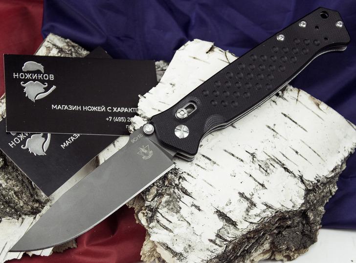 Складной нож Хират, черныйРаскладные ножи<br>В лаконичных формах этой модели прослеживается умелая рука опытного ножевого мастера. Складной нож Хират создан для использования в городских джунглях. Этот нож отлично выполнит роль универсального EDC-ножа, который прекрасно справляется с различными задачами. К интересной особенности этой модели стоит отнести замок «асист-лок», который ускоряет открывание ножа одной рукой. Просто потяните за шпенек и встряхните нож - все, ваш клинок готов к труду и обороне. Клинок имеет специальное покрытие, которое защищает нож от загрязнения и воздействия влаги. Шероховатые накладки из ударопрочного пластика позволяют уверенно удерживать нож в процессе работы.<br>