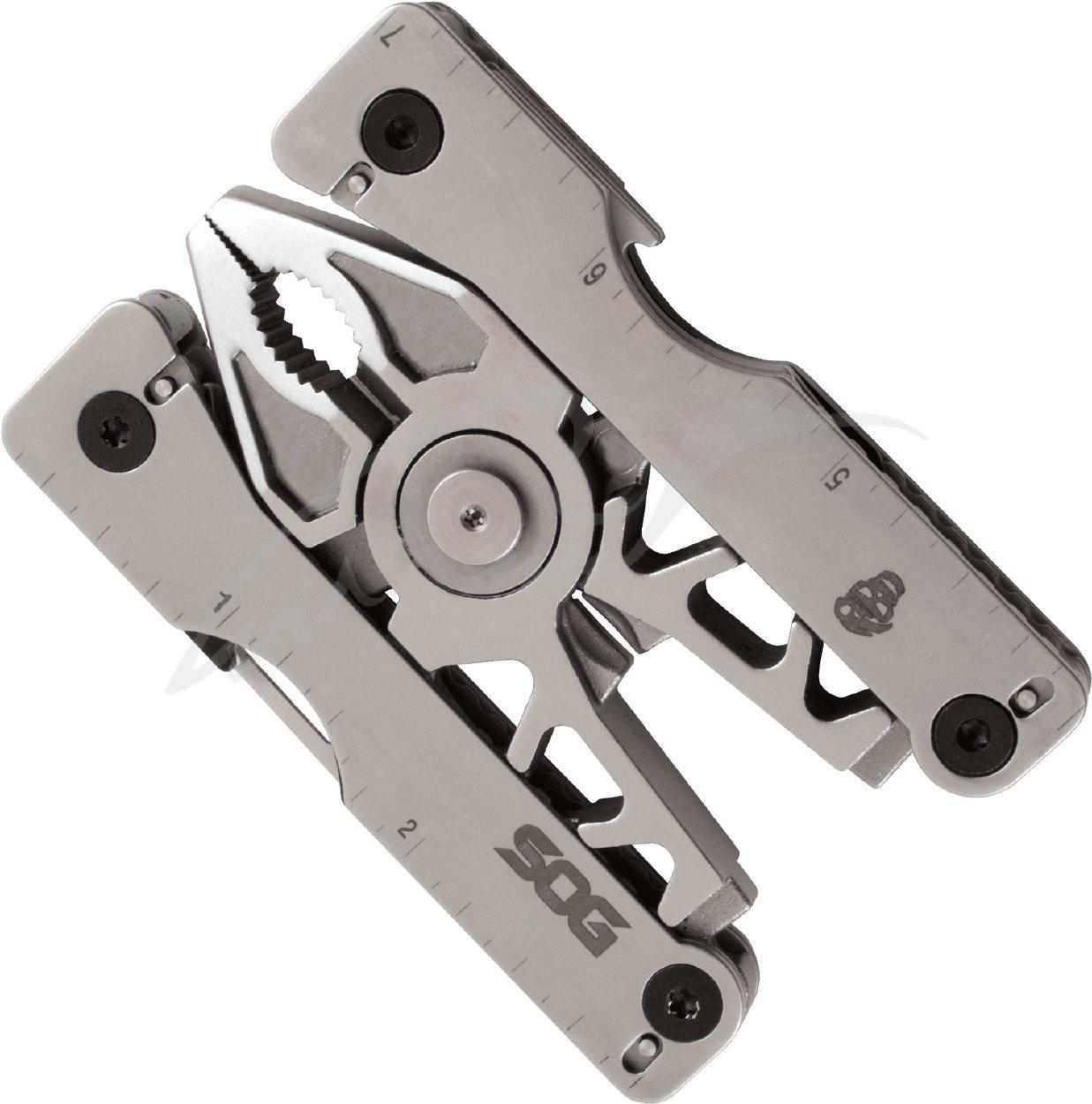 Мультитул SOG Sync II, SG_SN1011Охотнику<br>SOG Sync – серия компактных мультитулов со съёмным основанием, которое можно использовать в качестве пряжки для ремня или просто закреплять на элементах одежды и экипировки с помощью клипсы. Хотя инструмент можно удобно отсоединить от основания одной рукой, он остается заблокированным и надежно зафиксированным на креплении при активном движении, когда это не требуется. Модели Sync I и Sync II отличаются размерами и набором инструментов.<br>SOG Sync I подходит для ремней шириной до 3,5 см, Sync II до 4,5 см.<br>Инструменты SOG Sync I:<br>Плоскогубцы, резак для мягкой проволоки, нож, открывашка, трехсторонний напильник, «ювелирная» отвертка, маленькая плоская отвертка, шило, линейка.<br>Инструменты SOG Sync II:<br>Плоскогубцы, резак для мягкой проволоки, нож, открывашка, трехсторонний напильник, маленькая плоская отвертка, средняя плоская отвертка, крестообразная отвертка, ножницы, линейка.<br>