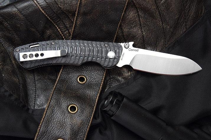 Складной нож ConradРаскладные ножи<br>Складной нож Conrad от бренда Mr.Blade - представитель первого модельного ряда. Подобные модели имеются в наличие у всех лучших мировых производителей, и со временем получают неформальный статус «культовых». Клинок копьевидной формы изготовлен из нержавеющей стали 8Cr13MoV, улучшенного аналога японской стали AUS-8. Лезвие с высокими спусками хорошо держит заточку и одинаково эффективно для кола и реза. На обухе клинка изготовлен ярко выраженный упор (с насечками) для фиксации инструмента большим пальцем. А со стороны лезвия прорезана дулька, упрощающая заточку и правку клинка. Нож приводится в рабочее положение правой или левой рукой с помощью пеньков, выполненных вровень с рукоятью. Основа рукояти складного ножа Conrad - две металлические пластины, усиленные в месте крепления линейного замка дополнительными шайбами. Эргономика накладок рукояти высчитана с помощью современных технических средств и изготовлена из высокотехнологичного стеклотекстолита G 10. Клипса, закрепленная в области тыльника, позволяет переносить нож на ремне, одежде или плоских элементах амуниции. Для страховки во время работы, на спинке рукояти выбрано плоское отверстие под темляк любой формы. По международной классификации нож Conrad от компании Mr.Blade – универсальный полноразмерный нож. Учитывая этот факт, купить нож Conrad рекомендуется как любителям загородного отдыха, так и для постоянного городского ношения.<br>Характеристики:Общая длина: 206 ммШирина клинка: 30,1 ммТолщина клинка: 3,5 ммСталь 8Cr13MoVНакладки G10<br>