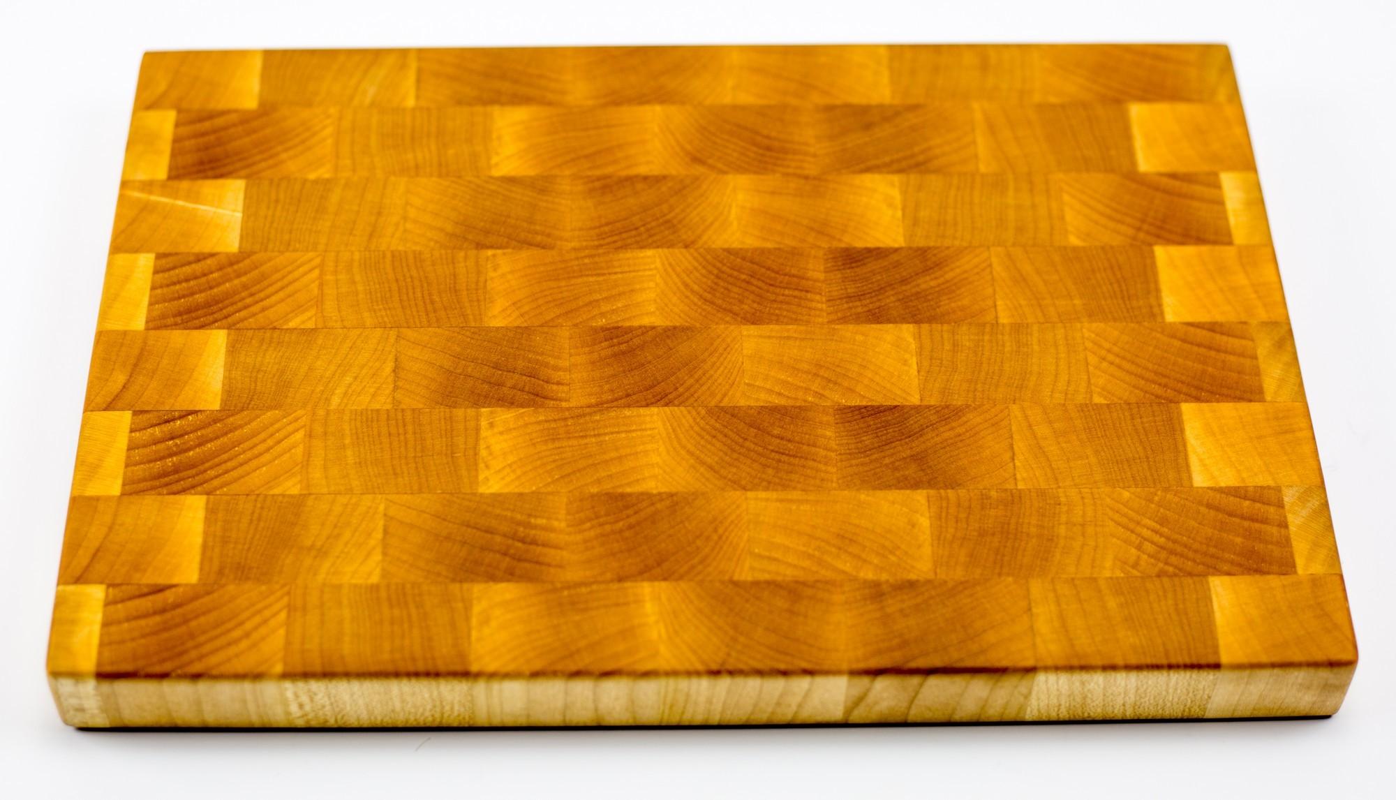Доска разделочная торцевая, клен, 20х30х2.5 смБренды ножей<br>Они изготавливаются из лиственных пород древесины, таких как сапеле, дуб, американский орех, ясень, падук, граб, клен, палисандр, венге, груша.<br>Технология их изготовления достаточно сложна. Волокна разделочных досок расположены перпендикулярно плоскости резания. Это позволяет в значительной степени защитить доски от следов ножа, при этом нож намного меньше тупится, что по достоинству смогут оценить коллекционеры ножей.<br>Торцевые разделочные доски склеиваются на водостойкий клей Titebond III Ultimate Wood Glue. Этот клей используется для производства элементов, которые соприкасаются и контактируют с продуктами питания. Все поверхности досок обрабатываются льняным маслом и пчелиным воском для заполнения открытых пор и микротрещин. В зависимости от размера, разделочных досках, для удобства пользования, предусмотрены ручки с боков, канавки для сбора жидкости и опорные ножки. Рекомендации по уходу за разделочными досками<br>Для того, чтобы разделочная доска служила долго и исправно, советуем соблюдать некоторые правила ухода за ней:<br>По окончании работы доску следует вымыть теплой водой и протереть. Нельзя надолго оставлять разделочную доску в мокром виде, или погруженную в воду. Хранить доску необходимо вдали от раковины и плиты.<br>Разделочную доску нельзя сушить в духовом шкафу или микроволновой печи, она должна сохнуть в обычных условиях. Нельзя использовать разделочную доску в качестве крышки для кастрюли или сковороды (от горячего пара доска может лопнуть).<br>Нельзя использовать разделочную доску как подставку под горячее. Нельзя выкладывать на доску горячие, сочащиеся соком, продукты. Разделочную доску для обновления покрытия можно протирать пропиткой (отломить кусочек, растереть по поверхности и оставить на пару часов сохнуть)или льняным маслом (по желанию, или по мере изменения цвета, или раз в месяц).<br>Если вы решили протереть доску маслом, то рекомендуем после этой процедуры не пользоватьс