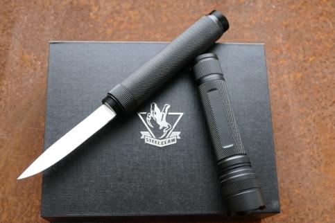 Нож куботан Спелеолог, с фонарикомНожи скрытого ношения<br>Нож Спелеолог включаетв себя о функциональный нож с тонким клинком, а такжемощный фонарик и компас. Комплектация: нож, фонарь, аккумулятор, зарядное устройство, подарочная упаковка.<br>Яркость фонарика: 300 люменДлина в удлиненном виде:360ммДлина в собранном виде закрытый:267мм<br>