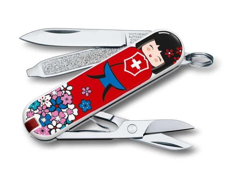 Складной нож Victorinox Classic LE 2016 KOKESHIШвейцарские армейские ножи Victorinox<br>Материал: высококачественная нержавеющая стальРукоять: глянцевый нейлонВес: 26.1г.<br>ФУНКЦИИ:<br><br>лезвие<br>ножницы<br>пилочка для ногтей с<br>отверткой 2.5 мм<br>кольцо для подвеса<br>зубочистка<br>пинцет<br>