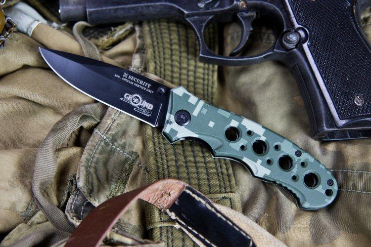 Складной нож SecurityРаскладные ножи<br>Характеристики:Полная длина (мм) 200Длина клинка (мм) 85Ширина клинка (мм) 25Толщина клинка (мм) 3Длина рукояти (мм) 115Толщина рукояти (мм) 13Сталь 8Cr13MoVТвердость по Роквеллу 58-59Рукоять ДюралюминийКомплектность нож, коробочка<br>