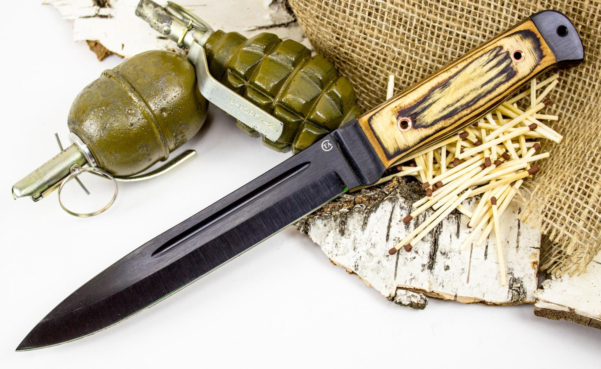 Нож Горец-2, сталь 65Г, бакелитовая фанераНожи Ворсма<br>Эта модель выполнена по мотивам армейских ножей и штыков. Всем, кто интересуется выживанием в дикой природе, мы рекомендуем обратить внимание на эту модель. Клинок ножа выполнен из стали с высоким сопротивлением к коррозии. На клинке размещено черное матовое покрытие, которые увеличивает срок службы ножа. Накладки рукояти выполнены из многослойной фанеры, которая не впитывает влагу. Металлический тыльник ножа можно использовать в качестве молотка.<br>