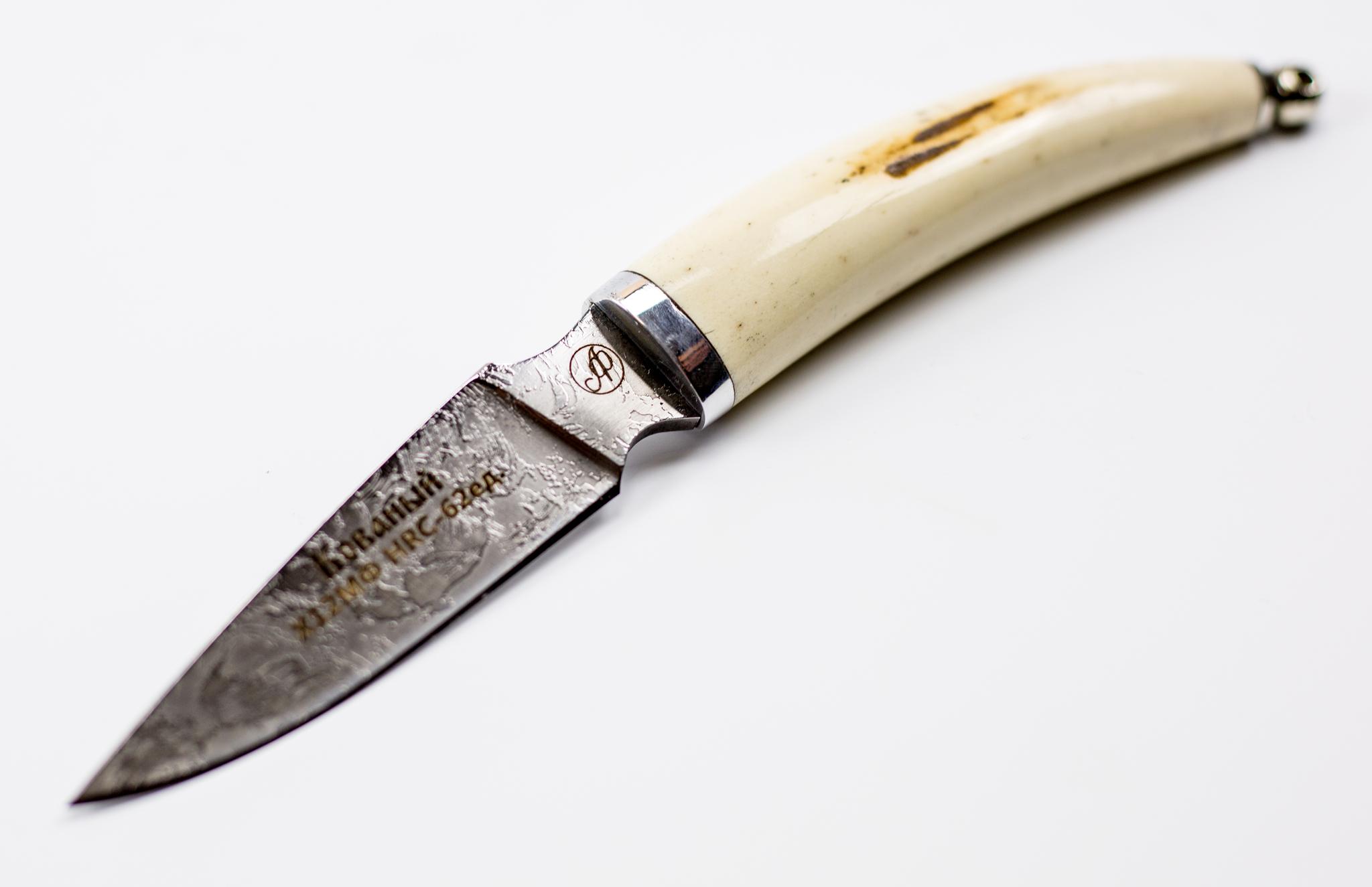 Нож Рысь малютка, Х12МФ, ручная работаНожи Павлово<br>Нож Рысь, сталь Х12МФ, малый, рукоять Рог лося, литьё - дюраль, мельхиор, ручная работа .<br>Общая длина мм: 185Длина клинка мм:85- 90Ширина клинка мм: 20Толщина клинка мм: 3.0Твердость клинка по шкале HRC: 62-64<br>Тип стали: сталь-Х12МФ,Рукоять: Рог лося, литьё-дюраль,мельхиор.Ножны: Натуральная кожа.Комплектация: нож, ножны, сертификат.<br>