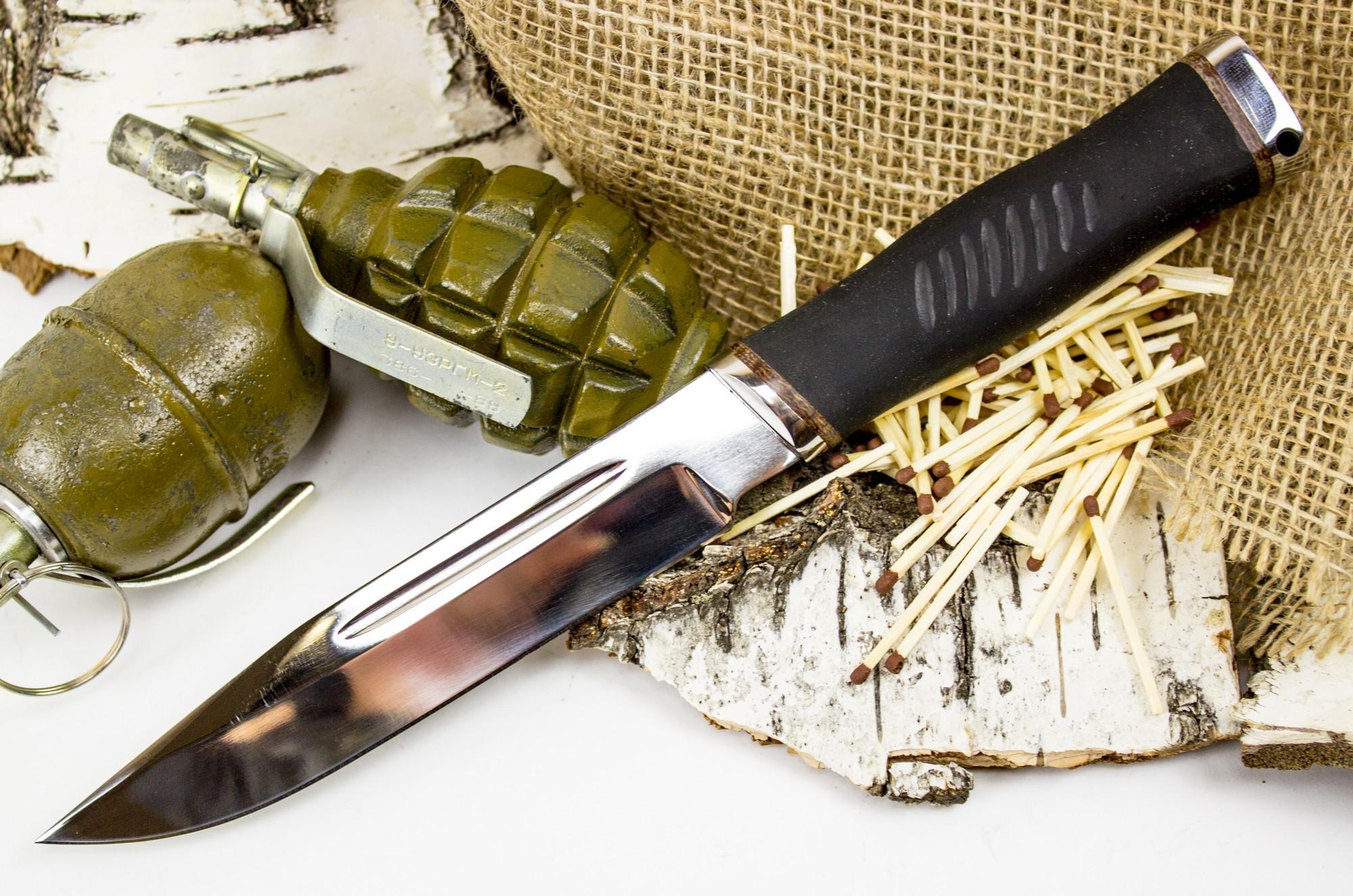 Нож Казак-1, сталь 65х13Ножи разведчика НР, Финки НКВД<br>Нож Казак -1 отличный вариант ножа для бушкрафта и выживания. Толщина обуха у этого ножа составляет 4,5 миллиметров. При наличии острого кончика, нож способен пробить капот автомобиля или большую монету. У ножа отсутствует гарда, но обрезиненная рукоять уверенно фиксируется рукой, не давая пальцам соскользнуть на клинок. К тому же, при нанесении сильных рубящих ударов, такая рукоятка частично гасит удары. Нож обладает агрессивным и брутальным внешним видом. Для транспортировки и хранения используются кожаные ножны. При активной работе, рекомендуется использовать темляк.<br>