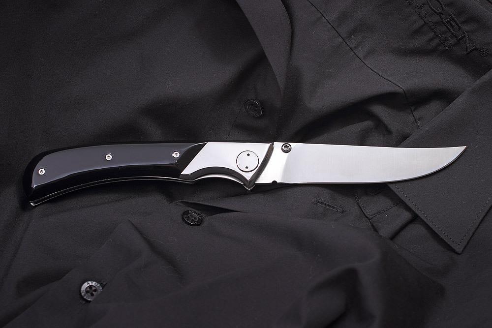 Складной нож BLACK GENTLEMANРаскладные ножи<br>В современном мире многофункциональных мультитулов и тактических складных ножей, практически утрачена культура создания джентльменских ножей. Ножей, которые создаются как статусный мужской аксессуар. Складной нож «Black gentleman» (Блэк Джентльмен) компании Mr.Blade романтический отголосок прошлого века. Отголосок того времени, когда дамы носили платья с кринолинами, а джентльмены облачались в черный фрак и белую манишку. Если вы скучаете по тем временем, то это модель определенно понравится вам. Сочетание серебристой стали, элегантных черных накладок на рукояти, громкий щелчок при открывании клинка… Что здесь еще добавить?Характеристики:Сталь X50CrMoVI5 Твердость стали 56-57 HRCРукоять AcrylicФорма клинка: Trailing PointОбщая длина: 220 мм.Длина клинка: 110 мм.Ширина клинка: 19 мм.Толщина клинка: 3 мм.Вес: 208 г<br>