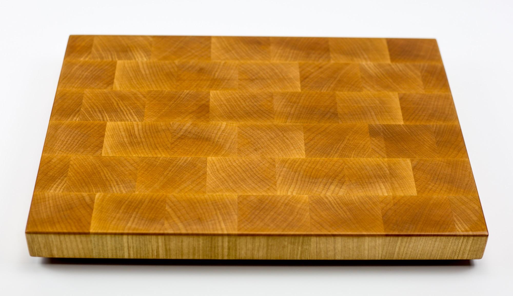 Доска разделочная торцевая, клен, 27х37х3 смБренды ножей<br>Они изготавливаются из лиственных пород древесины, таких как сапеле, дуб, американский орех, ясень, падук, граб, клен, палисандр, венге, груша.<br>Технология их изготовления достаточно сложна. Волокна разделочных досок расположены перпендикулярно плоскости резания. Это позволяет в значительной степени защитить доски от следов ножа, при этом нож намного меньше тупится, что по достоинству смогут оценить коллекционеры ножей.<br>Торцевые разделочные доски склеиваются на водостойкий клей Titebond III Ultimate Wood Glue. Этот клей используется для производства элементов, которые соприкасаются и контактируют с продуктами питания. Все поверхности досок обрабатываются льняным маслом и пчелиным воском для заполнения открытых пор и микротрещин. В зависимости от размера, разделочных досках, для удобства пользования, предусмотрены ручки с боков, канавки для сбора жидкости и опорные ножки. Рекомендации по уходу за разделочными досками<br>Для того, чтобы разделочная доска служила долго и исправно, советуем соблюдать некоторые правила ухода за ней:<br>По окончании работы доску следует вымыть теплой водой и протереть. Нельзя надолго оставлять разделочную доску в мокром виде, или погруженную в воду. Хранить доску необходимо вдали от раковины и плиты.<br>Разделочную доску нельзя сушить в духовом шкафу или микроволновой печи, она должна сохнуть в обычных условиях. Нельзя использовать разделочную доску в качестве крышки для кастрюли или сковороды (от горячего пара доска может лопнуть).<br>Нельзя использовать разделочную доску как подставку под горячее. Нельзя выкладывать на доску горячие, сочащиеся соком, продукты. Разделочную доску для обновления покрытия можно протирать пропиткой (отломить кусочек, растереть по поверхности и оставить на пару часов сохнуть)или льняным маслом (по желанию, или по мере изменения цвета, или раз в месяц).<br>Если вы решили протереть доску маслом, то рекомендуем после этой процедуры не пользоваться 
