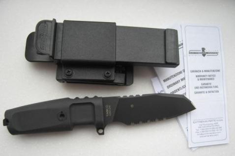 Нож с фиксированным клинком Task Compact Black 1/2 SerratedВоенному<br>Нож с фиксированным клинком Task Compact Black 1/2 Serrated, клинок с загнутым острием, 1/2серейтер, клинок черный, рукоять прорезиненый форпрен, чехол черный пластик.<br>