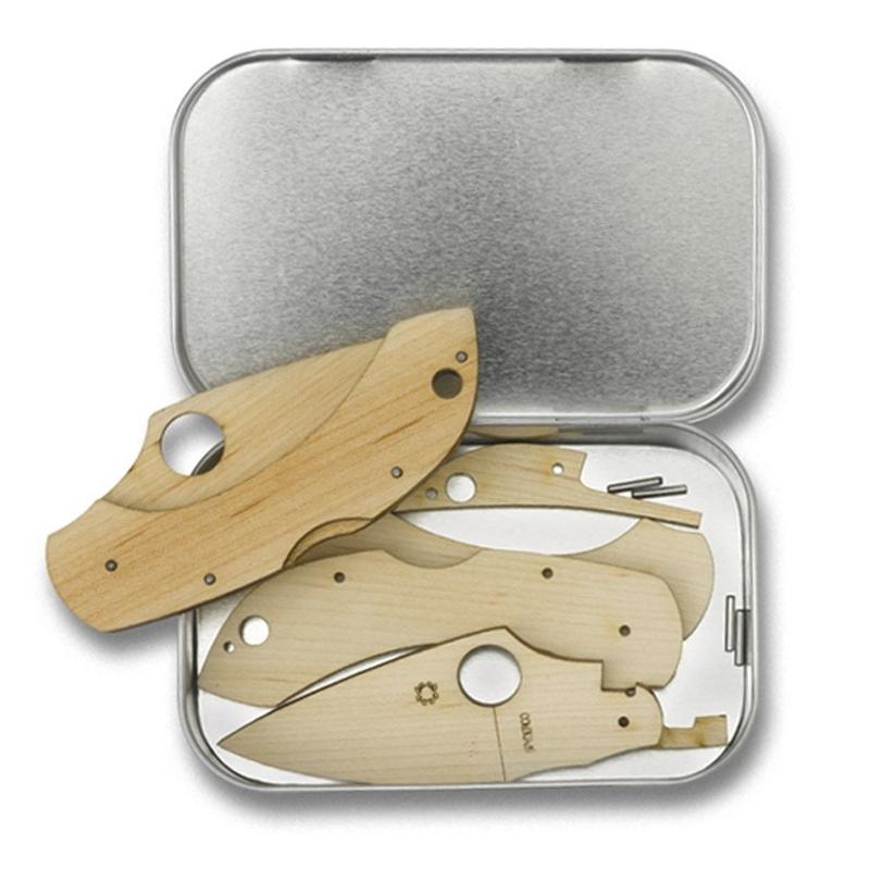 Сувенирный складной нож (дерево) Dragonfly Wooden KitРаскладные ножи<br>Лучший способ понять работу и устройство складного ножа - собрать его самому. Именно для этих целей компания Spyderco выпустила обучающий конструктор, из которого можно собрать модель Dragonfly, которая оснащена замком Back Lock. Детали из дерева не имеют острых граней, поэтому данный процесс может быть безопасно доверен даже ребенку, который интересуется устройством складного ножа. Понятная инструкция поможет вам самому быстро разобраться в этом процессе. Полученная модель ножа отличается от оригинальной только отсутствием клипсы, которая в этом случае и не требуется.<br>Своего рода получается тренировочный нож.<br>