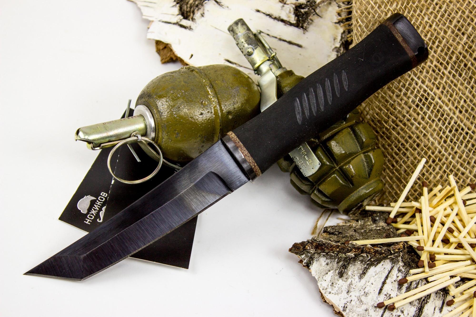 Нож Кабан-1М, сталь 65Г, резинаНожи Ворсма<br>Данная модель ножа занимает промежуточное положение между тактическими ножами и ножами для выживания. Ей присущи черты, характерные обоим типам ножей. Нож обладает эффектной и агрессивной внешностью. Черный матовый клинок оснащен кончиком в стиле японских коротких японских мечей танто. Хвостовик проходит сквозь рукоять и заканчивается металлическим навершием, которое можно использовать, как ударный элемент. Нож предназначен для уколов, реза и рубки. Обрезиненная рукоять оснащена пропилами, которые обеспечивают более уверенное сцепление. Даже если рукоять намокла, нож как будто прилипает к руке.<br>